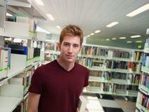 Portrait des Kerls in der Bibliothek lizenzfreies stockbild