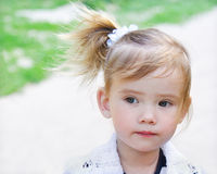 Portrait des kleinen durchdachten Mädchens Stockfoto