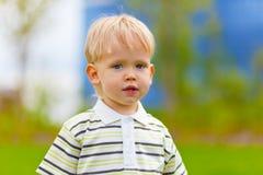 Portrait des kleinen Jungen draußen Stockbild