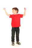 Portrait des kleinen Jungen mit Dumbbells Stockfotos