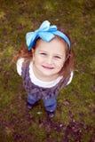 Portrait des kleinen Mädchens auf dem Gras lizenzfreie stockfotografie