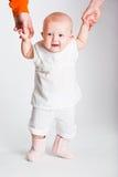 Portrait des kleinen Mädchens, das erlernt zu gehen Lizenzfreie Stockfotos