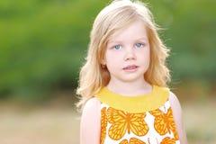 Portrait des kleinen Mädchens draußen Stockfotografie