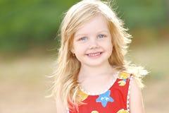 Portrait des kleinen Mädchens draußen Lizenzfreie Stockfotografie