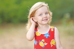 Portrait des kleinen Mädchens draußen Stockfoto