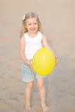 Portrait des kleinen Mädchens draußen Stockbilder