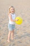 Portrait des kleinen Mädchens draußen Lizenzfreies Stockfoto