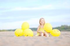 Portrait des kleinen Mädchens draußen Stockbild