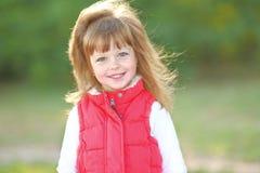 Portrait des kleinen Mädchens draußen Lizenzfreie Stockbilder