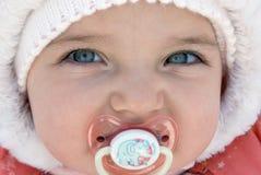 Portrait des kleinen Mädchens in einer Haube lizenzfreies stockbild