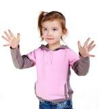 Portrait des kleinen Mädchens ihre Hände zeigend Stockfotografie