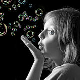 Portrait des kleinen Mädchens mit Seifenluftblasen Lizenzfreie Stockfotografie