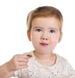 Portrait des kleinen Mädchens Schokolade essend Stockfoto