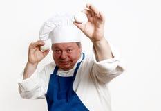 Portrait des Kochs mit Eiern stockbilder