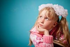 Portrait des konfusen Mädchens zwei Bücher anhalten Lizenzfreie Stockfotos