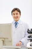Portrait des lächelnden Arztes, der im Labor arbeitet lizenzfreies stockfoto