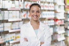 Portrait des lächelnden Frauen-Apothekers in der Apotheke Stockbild