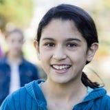 Portrait des lächelnden jugendlich Mädchens stockfotografie