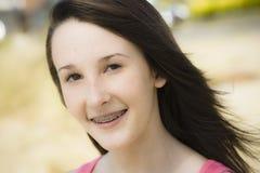 Portrait des lächelnden jugendlich Mädchens lizenzfreie stockfotografie