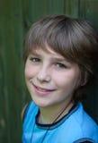 Portrait des lächelnden Jugendlichen Stockfotos
