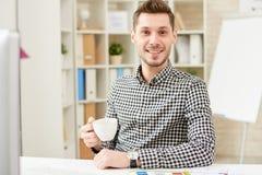 Portrait des lächelnden jungen Managers lizenzfreie stockbilder
