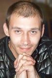 Portrait des lächelnden jungen Mannes Lizenzfreies Stockfoto
