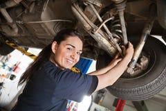Portrait des lächelnden jungen weiblichen Mechanikers Stockbild
