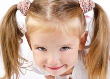 Portrait des lächelnden kleinen Mädchens lizenzfreie stockbilder