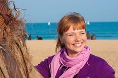 Portrait des lächelnden Mädchens mit den roten Haaren Lizenzfreie Stockfotos