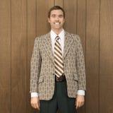 Portrait des lächelnden Mannes in der Retro- Klage stockfotos