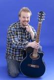 Portrait des a-lächelnden Mannes mit Gitarre Stockbilder