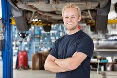 Portrait des lächelnden Mechanikers Lizenzfreies Stockfoto