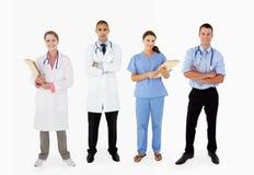 Portrait des lächelnden medizinischen Personals im Studio lizenzfreie stockfotos