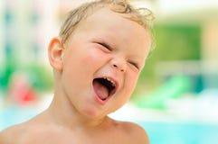 Portrait des lächelnden netten Jungen im Freien Stockbilder