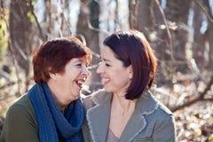 Portrait des Lachens der erwachsenen Mutter und der Tochter Stockfotos