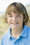Portrait des lächelnden Jungen draußen Lizenzfreies Stockbild