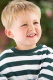 Portrait des lächelnden jungen Jungen draußen Stockfoto