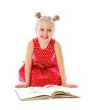 Portrait des livres de lecture de petite fille, séance sur le plancher photos libres de droits
