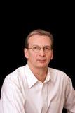 Portrait des älteren ernsten Mannes im weißen Hemd auf Querstation Lizenzfreie Stockfotografie