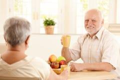 Portrait des älteren Mannes am Frühstück Lizenzfreie Stockfotos