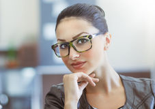 Portrait des lunettes de port de belle femme Image stock