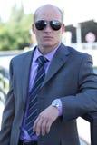 Portrait des lunettes de soleil de port d'homme d'affaires Images stock