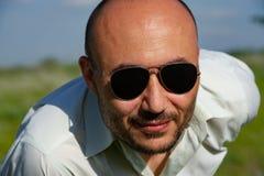 Portrait des lunettes de soleil de port d'un homme mûr barbu contre Photo libre de droits