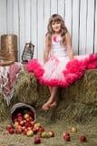 Portrait des lustigen Mädchens nahe Eimer mit Äpfeln Lizenzfreies Stockbild