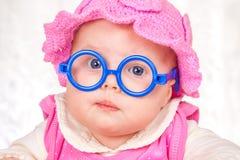 Portrait des lustigen Schätzchens mit Gläsern Stockbild