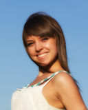 Portrait des Mädchens auf Hintergrund des blauen Himmels Lizenzfreie Stockbilder