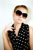 Portrait des Mädchens in den Sonnenbrillen Stockfotos