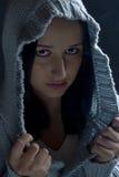 Portrait des Mädchens in der Haube in der Dunkelheit Lizenzfreies Stockfoto