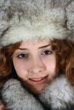 Portrait des Mädchens in der Schutzkappe des arktischen Fuchses Lizenzfreie Stockfotos