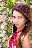 Portrait des Mädchens an einem Apfelbaum Lizenzfreies Stockfoto